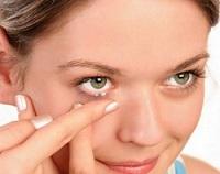 nasazování kontaktních čoček