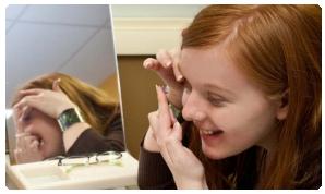 Dívka si nasazuje kontaktní čočky