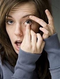 vyndavání kontaktních čoček