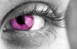 červené oči z čoček